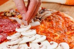 Kokend eigengemaakte traditionele Italiaanse heerlijke pizza vier seizoenen royalty-vrije stock afbeeldingen