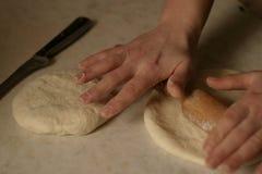 Kokend en rollend brood voor thee stock foto
