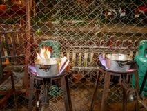 Kokend fornuis die aardgas in het straatrestaurant gebruiken, st Stock Foto