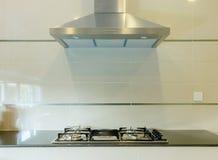 Kokend gasfornuis met kap in keuken Royalty-vrije Stock Afbeelding
