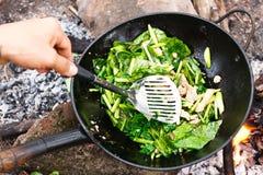 Kokend groenten en vlees in wokpan Royalty-vrije Stock Afbeeldingen