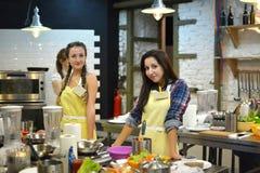 Kokend klasse, culinair, voedsel en mensenconcept Stock Fotografie