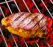 Kokend lapje vlees bij de grill Stock Foto