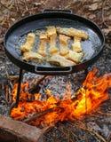 Kokend in olie op geopende brand, bakvisfilet Royalty-vrije Stock Fotografie