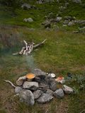 Kokend op brand tijdens trek, Rondane-natiepark, Noorwegen Stock Afbeelding