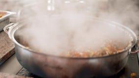 Kokend pilau in een ketel Aziatische traditionele schotel - pilau Nationaal smakelijk voedsel Sluit omhoog Gestoomd voedsel Straa stock video