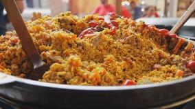 Kokend pilau in een ketel Rijst met vlees en groenten Aziatische traditionele schotel - pilau Nationaal smakelijk voedsel sluit stock footage