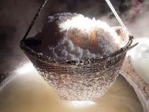 Kokend rotszout, gekristalliseerd zout van gekookt zoutwater aan Dr. stock foto