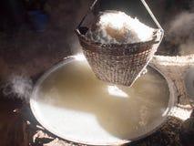 Kokend rotszout, gekristalliseerd zout van gekookt zoutwater aan Dr. royalty-vrije stock fotografie