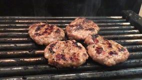 Kokend rundvlees en varkensvleespasteitje voor hamburger Vlees op barbecuekebabs wordt geroosterd op de grill die stock videobeelden