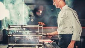 Kokend rundvleeslapje vlees in het keuken moderne binnenland stock footage