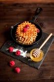 Kokend vakantieontbijt met wafeltje op houten achtergrond stock foto's