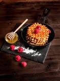 Kokend vakantieontbijt met wafeltje op houten achtergrond stock foto