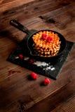 Kokend vakantieontbijt met wafeltje op houten achtergrond royalty-vrije stock afbeelding