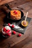 Kokend vakantieontbijt met wafeltje op houten achtergrond stock afbeelding