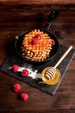 Kokend vakantieontbijt met wafeltje op houten achtergrond stock fotografie