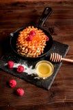 Kokend vakantieontbijt met wafeltje op houten achtergrond royalty-vrije stock foto's