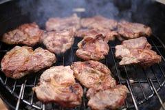 Kokend vlees op de brand Stock Afbeeldingen