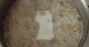 Kokend water in pan met deegwaren stock videobeelden