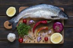 Kokende achtergrond, vissen op het bord, hoogste mening Royalty-vrije Stock Foto's