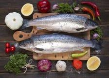 Kokende achtergrond, vissen op het bord, hoogste mening Royalty-vrije Stock Fotografie