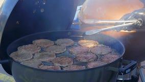 Kokende BBQ karbonades stock footage