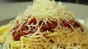 Kokende Bolognese spaghettideegwaren en kaas stock videobeelden