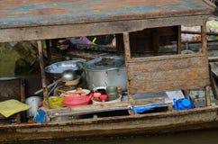 Kokende boot bij Vietnamese het drijven markt Royalty-vrije Stock Afbeelding