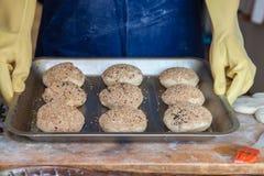 Kokende broodjes met sesamzaden Bak zoete broodjes van deeg op protvin royalty-vrije stock foto