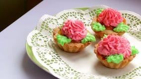Kokende cake De kant-en-klare cakes zijn op platen stock video