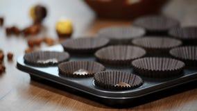 Kokende chocolade cupcakes in de vorm stock footage