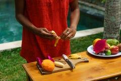 Kokende culinaire klasse Gepelde banan Stock Fotografie
