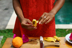 Kokende culinaire klasse Gepelde banan Stock Foto's