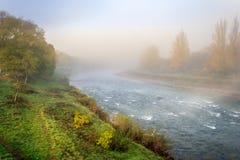Kokende de herfstrivier in mist Stock Afbeelding