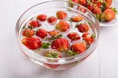 Kokende eigengemaakte aardbeienjam stock foto