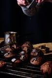 Kokende eigengemaakte chocoladecakes Stock Foto