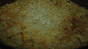 Kokende en caramelizing suiker voor appeltaartrecepten stock videobeelden