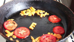 Kokende gesneden wortel bij pan stock videobeelden