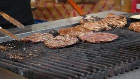 Kokende Hamburger Rundvlees of varkensvlees grote, weelderige, heerlijke koteletten van verschillende types van vlees die op de p stock video