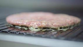 Kokende hamburgerkoteletten stock footage