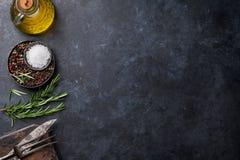 Kokende ingrediënten en werktuigen op steenlijst Royalty-vrije Stock Afbeeldingen