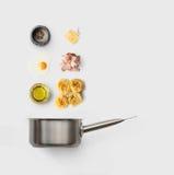Kokende ingrediënten voor Italiaans die voedsel, carbonara, op wit wordt geïsoleerd stock afbeeldingen