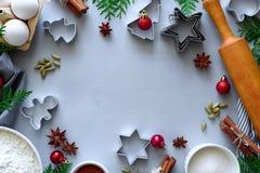Kokende Kerstmiskoekjes Ingredi?nten voor peperkoekdeeg: bloem, eieren, suiker, cacao, pijpjes kaneel, anijsplantsterren en koekj stock afbeelding