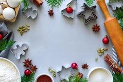 Kokende Kerstmiskoekjes Ingredi?nten voor peperkoekdeeg: bloem, eieren, suiker, cacao, pijpjes kaneel, anijsplantsterren en koekj stock foto's