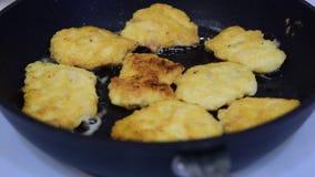 Kokende kippenkoteletten in een pan op een elektrisch fornuis stock videobeelden