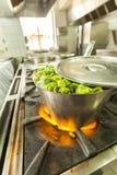Kokende kleine peper in reusachtige pot Royalty-vrije Stock Afbeeldingen