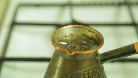 Kokende koffie in de Turk op het fornuis stock videobeelden