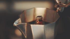 Kokende koffie in het Italiaans koffiekan, hoog - kwaliteit 4K stock video