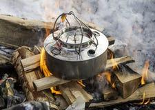 Kokende koffie op de brand Royalty-vrije Stock Afbeeldingen