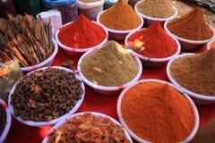 Kokende kruiden in Indische markt Royalty-vrije Stock Foto's